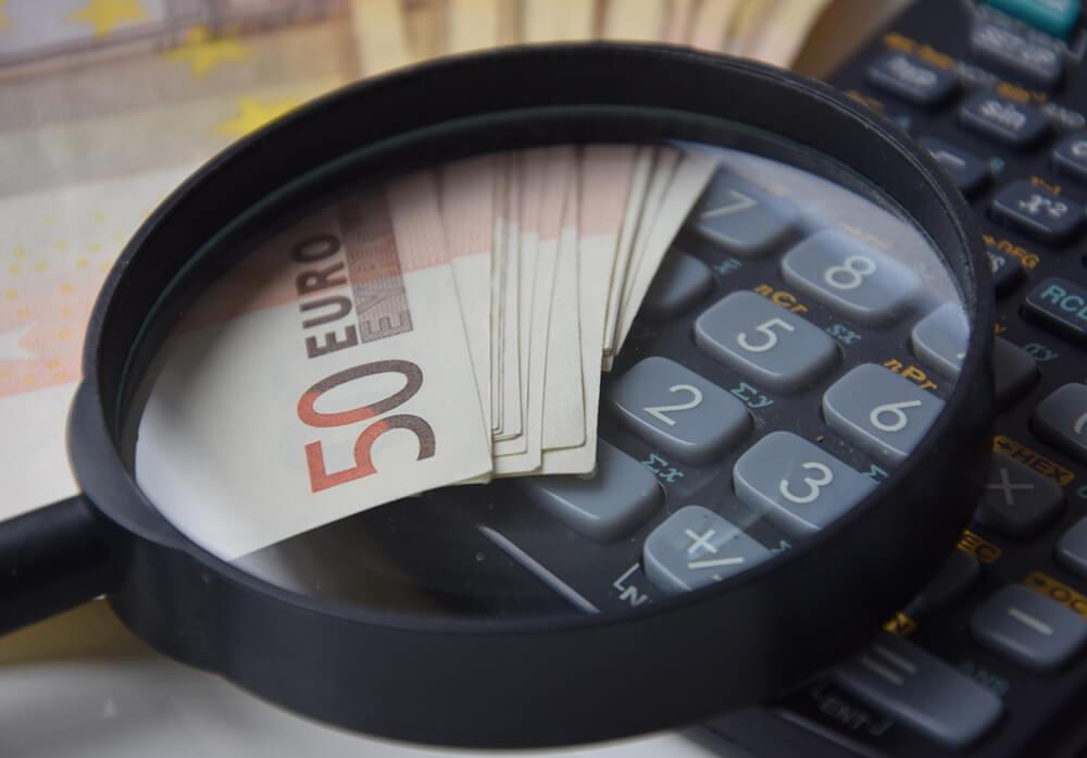 Калькулятор, деньги и лупа
