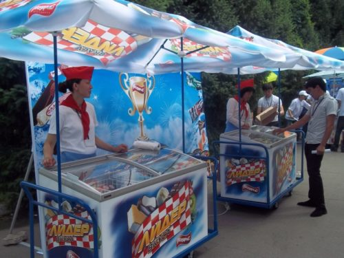 торговля мороженным на улице под зонтом