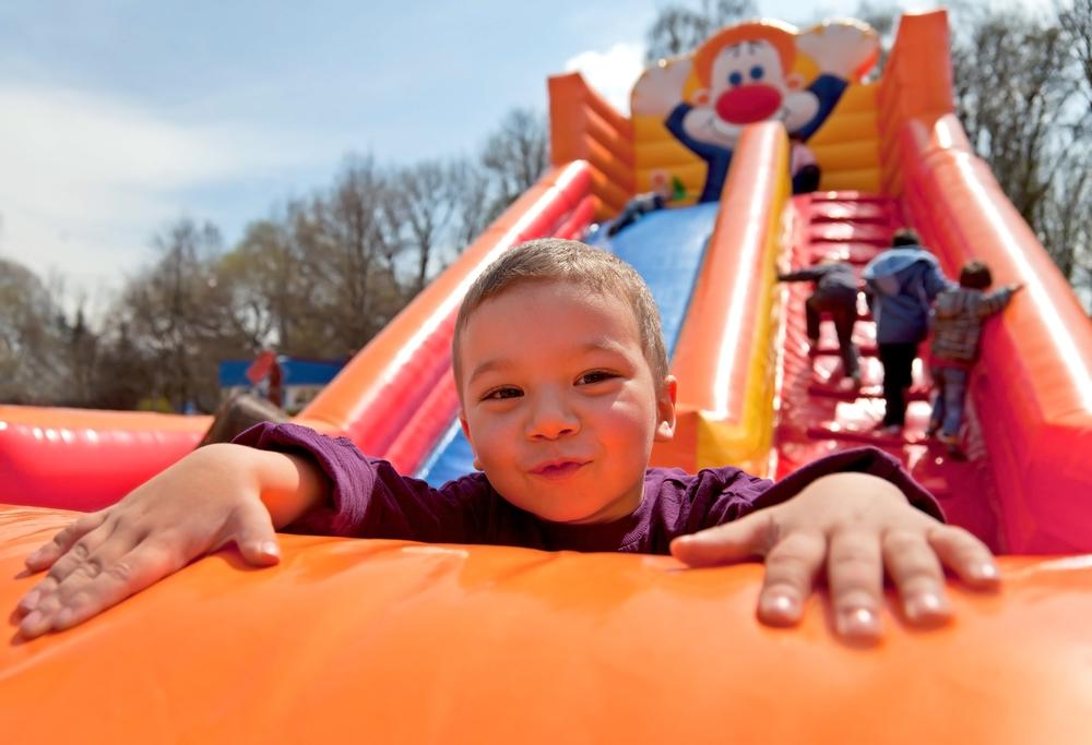 Как открыть детскую площадку с батутами на улице